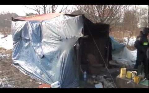 Bezdomni mieszkający w fatalnych warunkach bez dachu nad głową, są zagrożeni przemarznięciem, straż miejska bezsilna.
