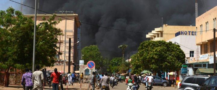 Seria ataków terrorystycznych w stolicy Burkina Faso – śmierć poniosło 7 osób, kolejnych 50 jest rannych