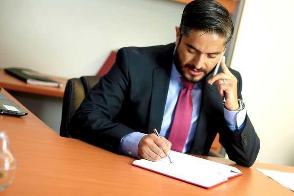prawnik-w-biurze